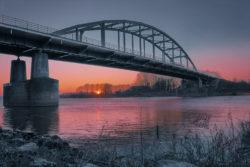 """<img src=""""steden landschap brug ondergaande zon.jpg"""" alt=""""textielposter steden landschap brug met ondergaande zon""""/>"""